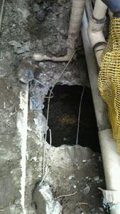 排水枡の上にガス管が…