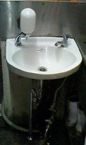 新しい手洗い器に交換