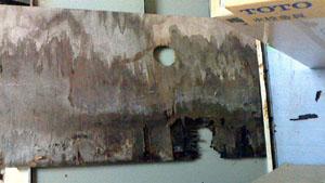 漏水により穴が開いてしまったキッチンの床板