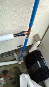 台所裏の給水管から管を分岐