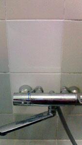 壁を補修し、浴室水栓を取付