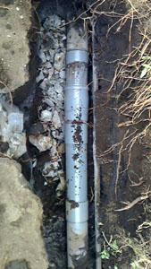 破損部分を取り除き排水管を補修